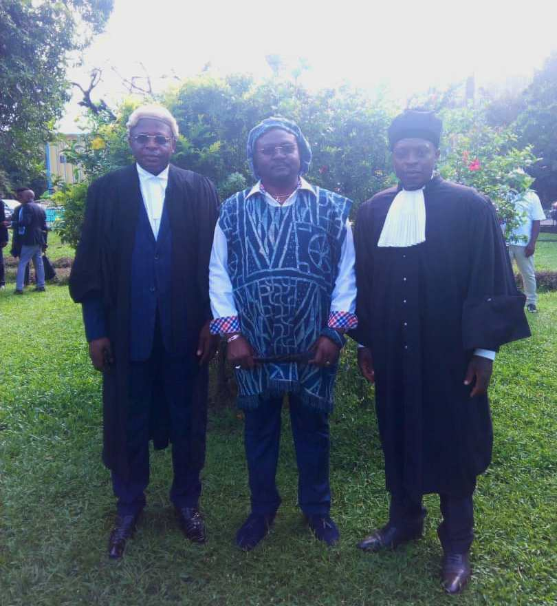 le Chef de la COBADE entouré de Maitres Tiobou à sa droite et TAGOUATSI à sa gauche